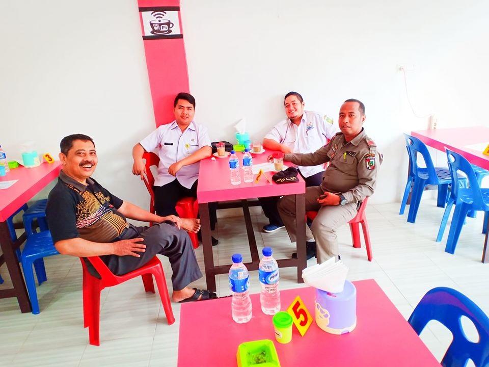 Bersilaturahmi dan berdiskusi di Warung Kopi H.MH culiner milik mantan sekda Rokan hulu
